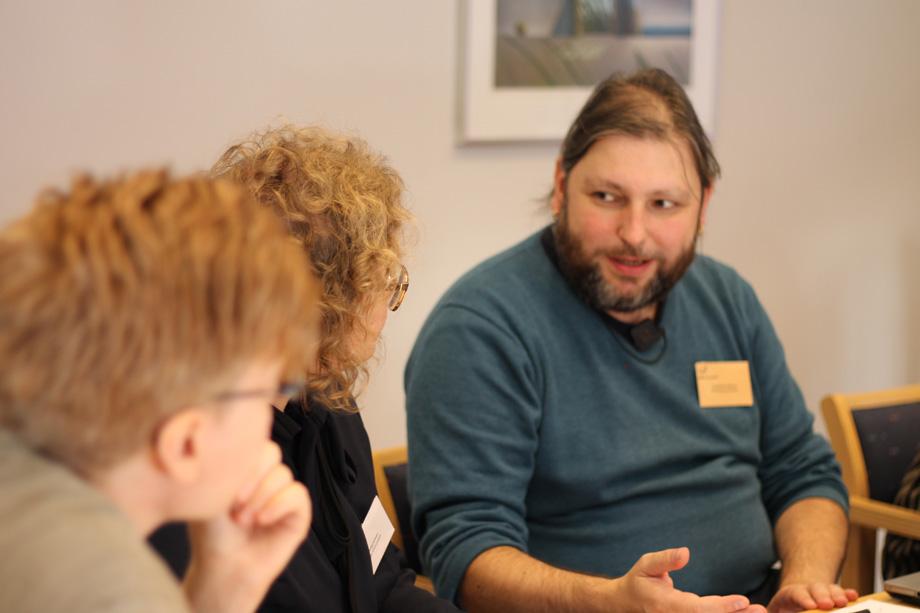 Swe-Clarins tekniska samordnare, Leif-Jöran Olsson, samtalar med litteraturvetare vid Litteraturbanken, som tillgängliggör svensk skönlitteratur och andra texter i digital form.